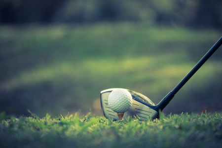 Close up of golf ball on a tee with golf club on the fairway. 版權商用圖片 - 93001046