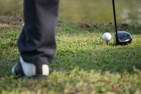 Close up of golf ball on a tee with the driver positioned ready to hit the ball. 版權商用圖片 - 93564332