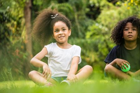 公園で彼女の友人と遊ぶ美しい女の子