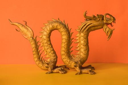 Statue de dragon d & # 39 ; or est un symbole de richesse et de pouvoir dans la foi de l & # 39 ; est sur fond de couleur . Banque d'images - 96324492