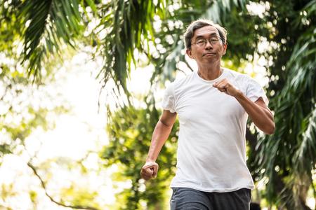 公園でジョギングをしているアジアの先輩男性。ヘルスケアコンセプト