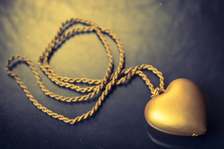 Close up of Gold heart pendant with necklace Imagens - 98980762
