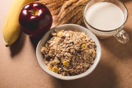 ボウル、ミルク、リンゴ、バナナのオートミールフレーク。健康的な朝食のコンセプト。
