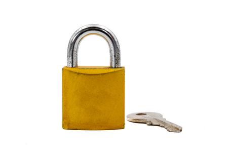 Candado de oro con llave sobre fondo blanco. Foto de archivo