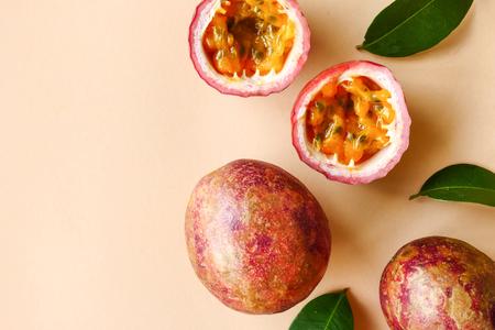 Vista dall'alto del frutto della passione fresco su sfondo colorato.