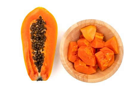 Tranches de papaye douce sur fond blanc Banque d'images