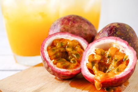 Fresh passion fruit and juice on wooden table. Banque d'images