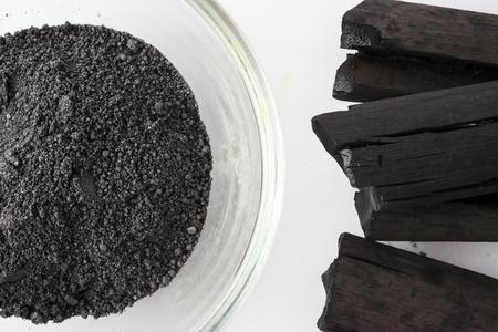 Polvo de carbón activado sobre fondo blanco.