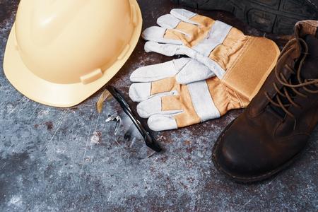 Bezpieczeństwo na placu budowy. Osobiste wyposażenie ochronne na zardzewiałym starym tle tekstury metalu Zdjęcie Seryjne