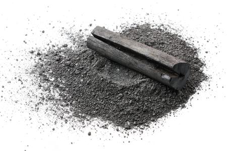Poudre de charbon actif sur fond blanc