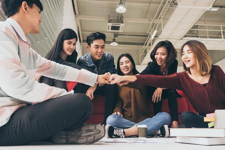 Jonge succesvolle ondernemers stoten vuist na hard werken aan een nieuw project