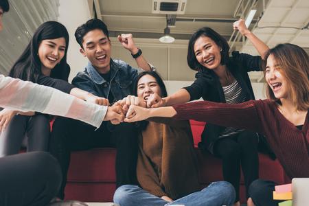 Jóvenes empresarios exitosos están chocando los puños después de trabajar duro en un nuevo proyecto Foto de archivo
