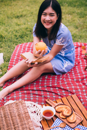 Portrait of beautiful woman enjoying picnic in a park. Stockfoto