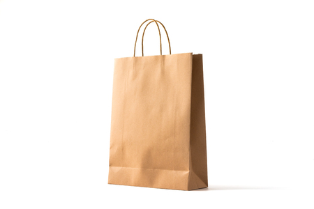 Braune Papiereinkaufstasche auf Weiß Standard-Bild