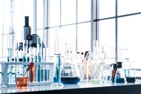 Instrumentos científicos en la sala de laboratorio. Concepto de investigación científica.