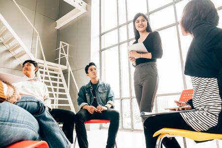 Compañeros de trabajo discutiendo en la sala de reuniones de la oficina