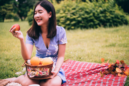 Portrait of beautiful woman enjoying picnic in a park. Stockfoto
