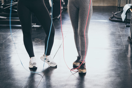 Body of women in sportswear with jumping ropes. Stockfoto