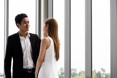 Asiatische Geschäftsleute fühlen sich im Büro glücklich zusammen. Standard-Bild