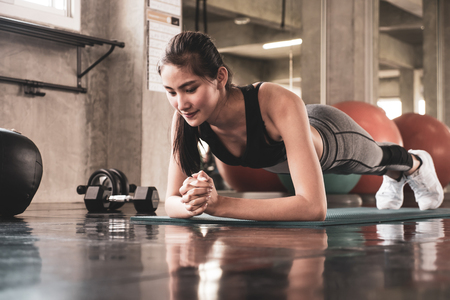 Young woman exercising building muscles at the gym Stockfoto