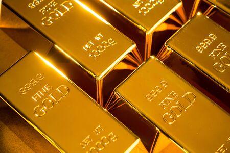 Lingots d'or fin brillants sur fond d'or.