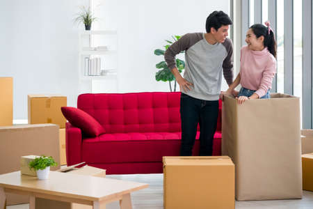 Happy young couple moving to new house together. Foto de archivo