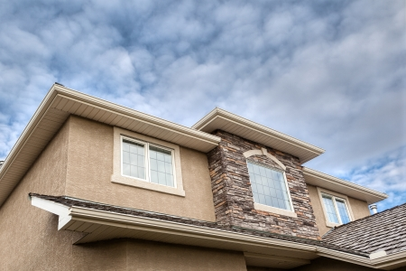 traufe: Roofline zeigt Fenster, Ziegelsteine, Dachrinne, Laibung, Stuck Lizenzfreie Bilder