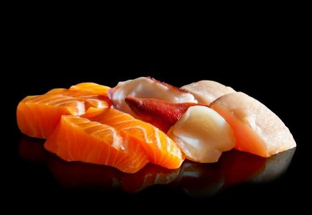 japanese sake: Sashimi surtido delicioso sobre fondo negro