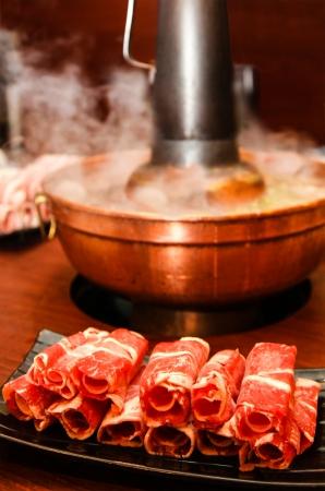 배경에 김이 냄비에 고기와 필드의 얕은 깊이에 초점을 맞춘 기존의 핫 석탄, 아시아 스타일의 쇠고기 전골 스톡 콘텐츠