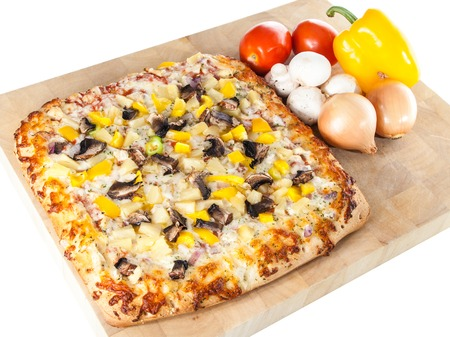 Freshly baked pizza topped with seasoned chicken, mushroom, peppers, onion and cheese Banque d'images