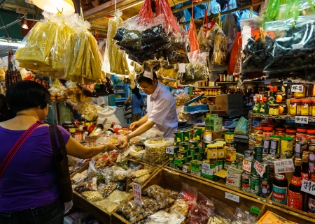 A Chinese vendor sells groceries from a street wet market stall in Tai Po, Hong Kong  Éditoriale