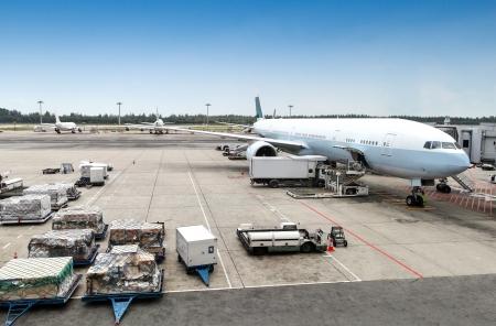 상용 항공기는 국제 공항의 활주로에 서비스되고있는