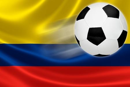 bandera de colombia: Bola salta de la bandera de Colombia, donde el fútbol es una pasión nacional Foto de archivo