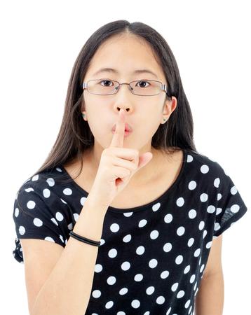 guardar silencio: Entre asi�tica con el dedo en los labios en un gesto de guardar silencio