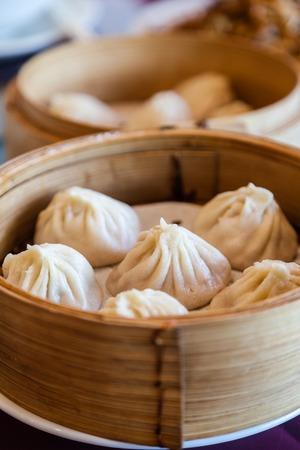 전통 수프 만두 샤오 롱 바오는 대나무 증기선에서 찐 대중적인 중국 딤섬입니다