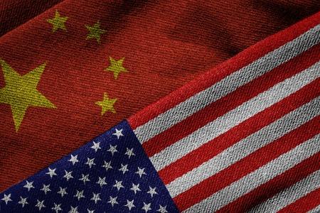 comercio: Representaci�n 3D de las banderas de China y EE.UU. sobre tejido textura de la tela. Concepto de pol�tica, econ�mica; asociaci�n programa cultural o social y la cooperaci�n entre las dos naciones. El patr�n de tejido detallada y el tema del grunge. Foto de archivo