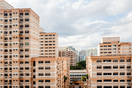 A Singapore residential housing estate with apartment blocks against a cloudy sky. Banque d'images