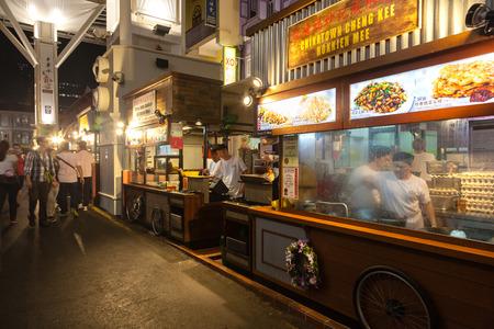 Les vendeurs de rue vendent une variété d'aliments locaux sur Smith Street à Chinatown. L'expérience rue repas en plein air populaire est surnommé le Chinatown Food Street et dispose d'étals de nourriture offrant des plats locaux authentiques. Banque d'images - 36197145
