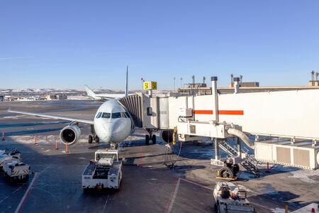 旅客機は空港のゲートでのサービスを受ける、ボーディング ・ ブリッジに接続されています。
