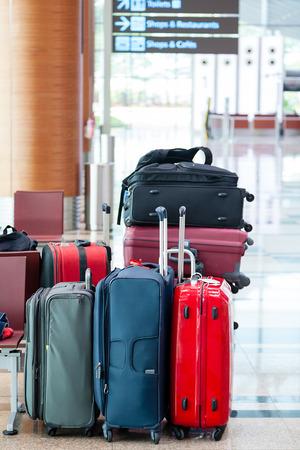 Concéntrese en grupo de maletas de viaje en el aeropuerto con poca profundidad deliberada de campo en el fondo. Foto de archivo - 40622854
