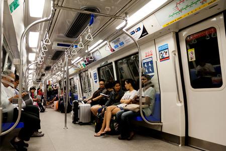 大量高速輸送 MRT と呼ばれる地下鉄の列車の小屋の中の通勤。シンガポールの広範な鉄道システムは、ほぼすべての国をまたがっています。 報道画像