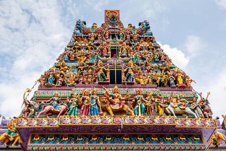 작은 인도 싱가포르에서 스리랑카 Veeramakaliamman 사원의 외관에 복잡 한 힌두교 예술과 신성 조각.