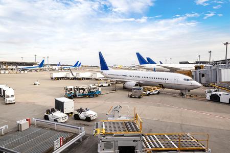 Een vloot van commerciële vliegtuigen wordt onderhouden op de terminal van de internationale luchthaven.