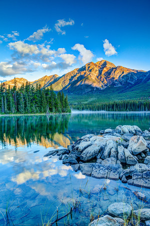 재스퍼 국립 공원, 앨버타, 캐나다에서 피라미드 호수 피라미드 산 위에 황금 일출입니다. 스톡 콘텐츠