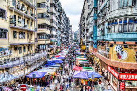 홍콩에서 바쁜 빠 유엔 거리 시장. 이 지역은 싼 음식과 패션 의류 관광객과 현지인들에게 인기가있다. 긴 노출 HDR 렌더링 군중 운동 효과를 만들 수 있 에디토리얼