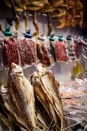 manjar: pescado salado de China a la venta en Singapur Chinatown. El conservas de pescado es una delicadeza china usada comúnmente en la cocina del sur de China.