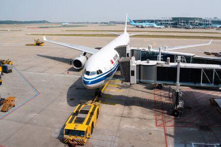 東京成田空港の駐機場にサービスを提供されて空気中国航空飛行機。北京に本社を置き、航空会社は中国のフラッグ キャリアとで以上 5000 万の国内