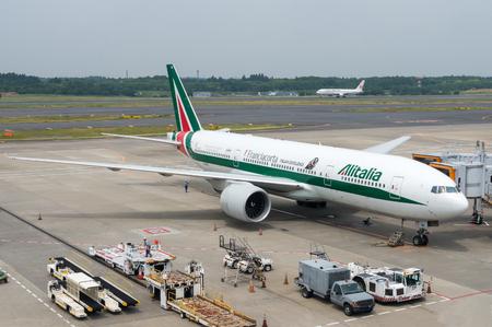 東京成田空港の駐機場にサービスを提供されてアリタリア航空の飛行機。アリタリア航空は 2013 年にほぼ破産していたイタリア旗艦、2015 年には、エ