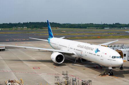 東京成田空港の駐機場にサービスを提供されてガルーダ ・ インドネシア航空の飛行機。航空会社は、インドネシアのフラッグ キャリア、ジャカル