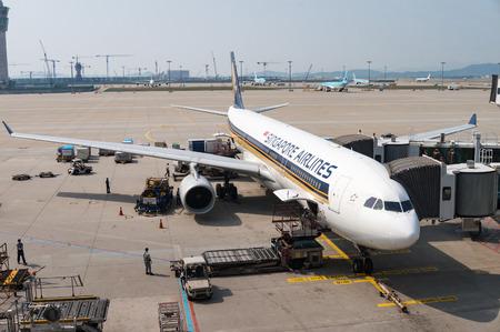 東京成田空港の駐機場にサービスを提供されているシンガポール航空の飛行機。2010 年に航空会社としてランクされた IATA によって世界の二番目に大 報道画像